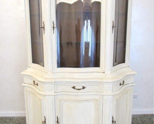 Vetrina decorata shabby chic colore bianco avorio